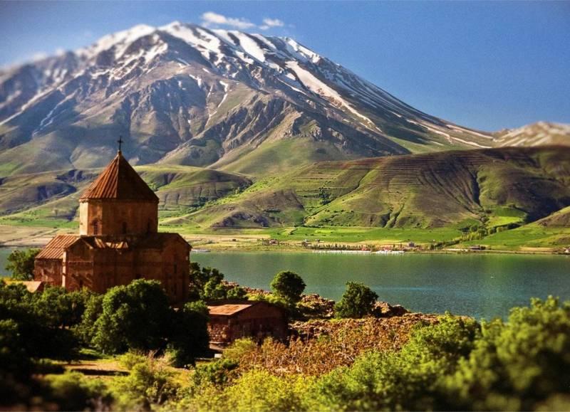 Отдых в Армении - армянский храм на берегу озера Севан